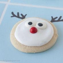 Your kids will have a blast helping you make these adorable Reindeer Cookies! And they come with a FREE Printable! Pin to your Christmas Board!